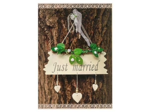 Vermählungskarte Hartung Holzschild hängend an Baum