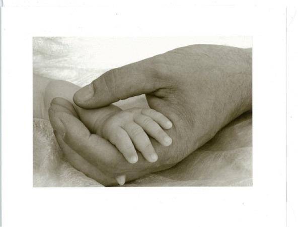 Ereigniskarte Babyhand in einer Hand einses Erwachsenen