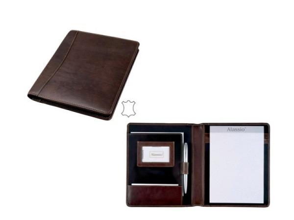 Blockmappe Alassio Monaco Leder A5 dunkelbraun mit Block A5 und A5-Einschubfach, Visitenkartenfach und Klarsichtfach und Stiftschlaufe. Masse geschlossen BxTxH 230x27x190mm, Gewicht 0,4kg