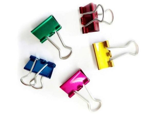 Aktenklammer Foldback Deli 19mm Klemmbreite, farbig assortiert grün, gelb, pink, violett, 40 Stk. verpackt in tranparente Runddose, Klemmweite ca. 7mm, mit 2 Bügel verchromt, vielseitig einsetzbar, abklappbare und abnehmbare Bügel. Diese Vielzweckkle..