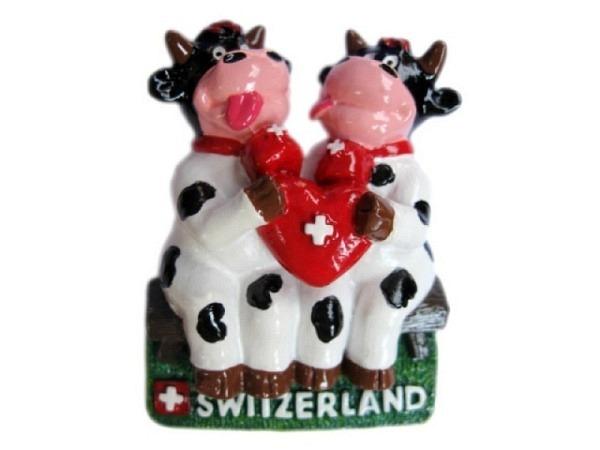 Magnet Kühe mit Schweizerwappen in Herzform, auf einer Bank