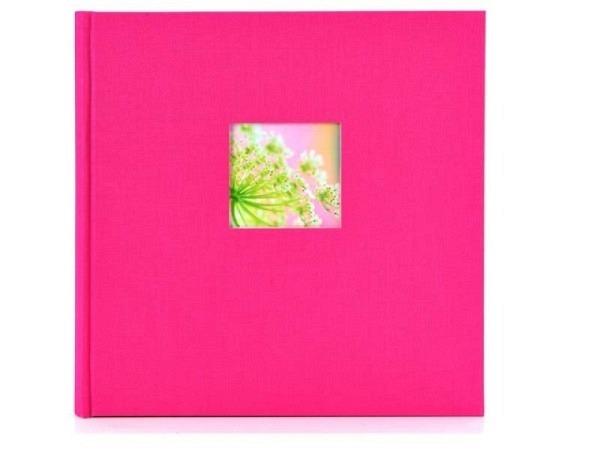 Fotoalbum Goldbuch Bella Vista gebunden 30x31cm pinkfarbener Leineneinband mit 60 weissen Seiten mit Pergamin-Zwischenseiten, Ausschnitt auf dem Vorderdeckel 8x8cm, bietet Platz für ca. 336 Fotos 9x13cm, ca. 224 Fotos 10x15cm, 112 Fotos 13x18cm