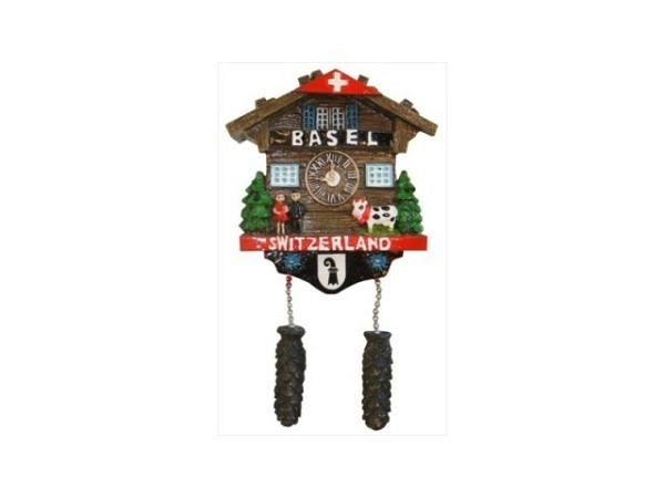 Magnet Basel Chalet im Stil einer Kuckucksuhr, mit Schriftzug Basel und dem Basler Wappen, mit einer Kuh, zwei Tannen und einem Paar, B5xH4,5cm